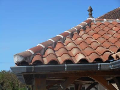 Arêtier scellé de toiture tuiles romane
