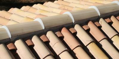 Faîtage scellé sur toiture romane